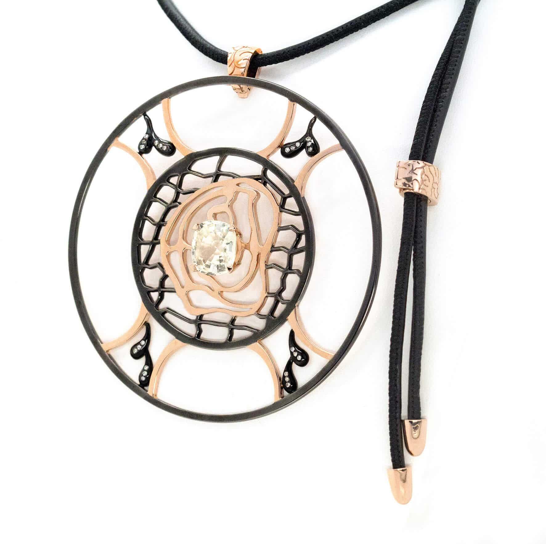 Labyrinthe de l'Âme pendentif en or sertie d'un saphir blanc